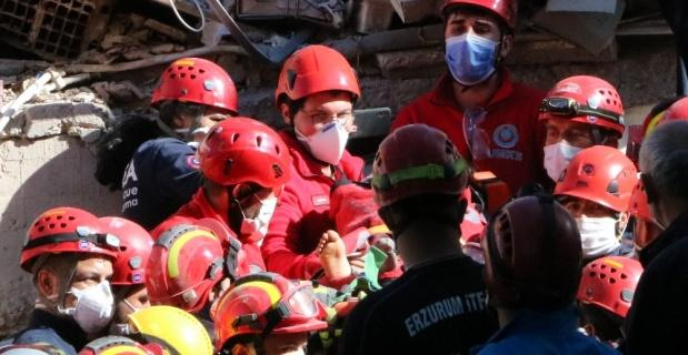 İzmir'de 23 saat sonra enkaz altında 5 kişilik aileden 4'ü çıkarıldı