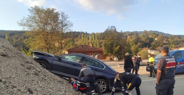 Otomobil toprak yığınına çarptı: 2 yaralı
