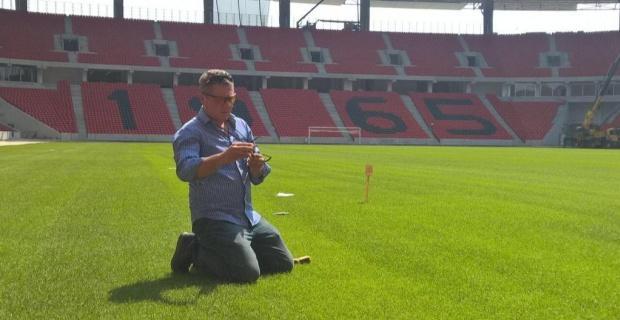 Futbol sahalarının zemini neden bozuk?