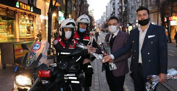 Polislere karanfil dağıttı