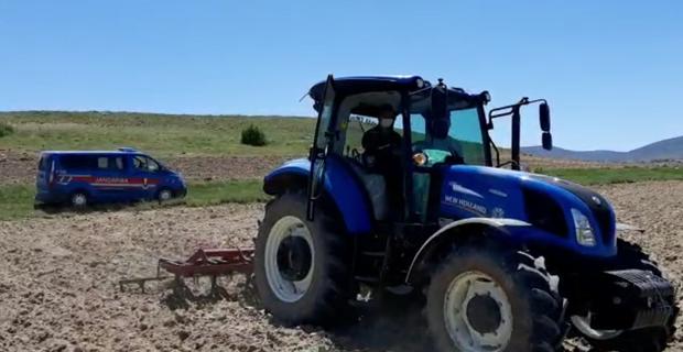 Jandarma, traktörle tarla sürdü