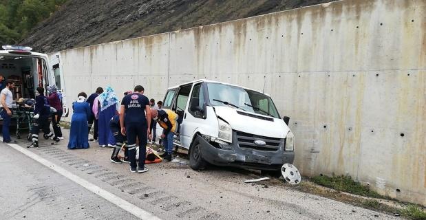 Minibüs istinat duvarına çarptı: 6'sı çocuk 10 yaralı