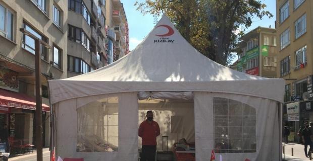 Kızılay Hamamyolu'nda kurduğu çadırda kan bağışlarını bekliyor