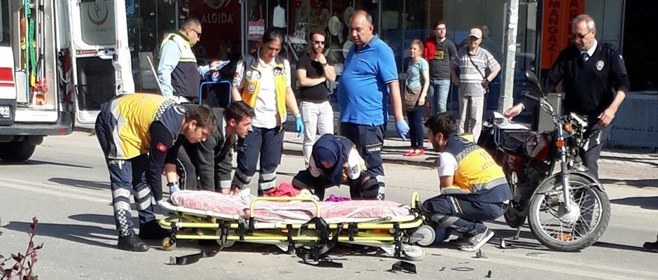 Motosiklet ile otomobil çarpıştı; 2 yaralı