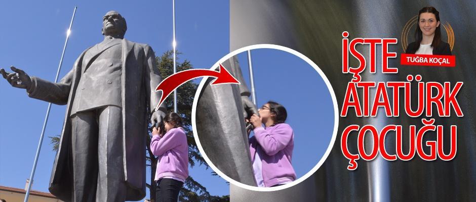 Atatürk heykelinin elini öptü!