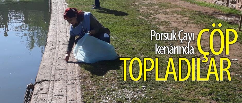 Öğrenciler Porsuk Çayı kenarında çöp topladılar