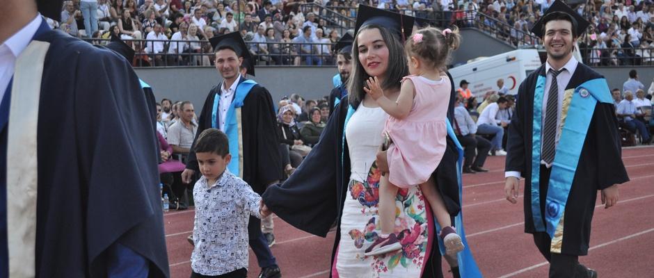 İki çocuğuyla mezuniyet coşkusu yaşadı