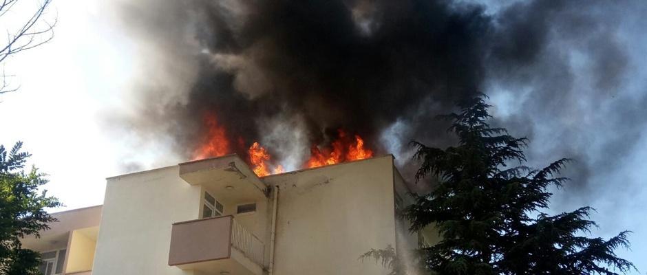 Zift kağıtlarının tutuştuğu çatıda yangın çıktı