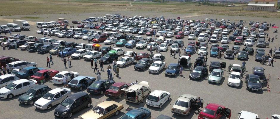 Açık oto pazarı yine dolup taştı