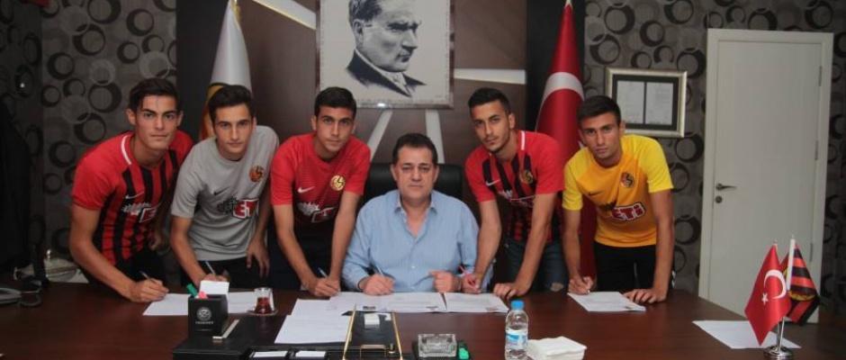 Eskişehirspor'da gençlerden profesyonel imza