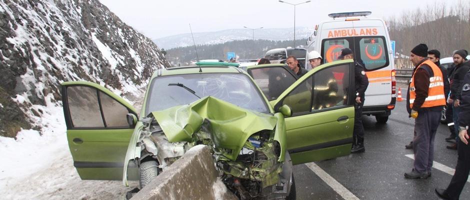 Otomobil beton bariyerlere çarptı; 2 yaralı