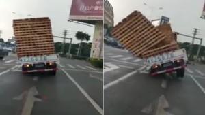 Aşırı yüklü kamyonet böyle devrildi
