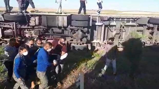 Tır tarlaya devrildi, sürücünün kurtarılma anı kameraya yansıdı