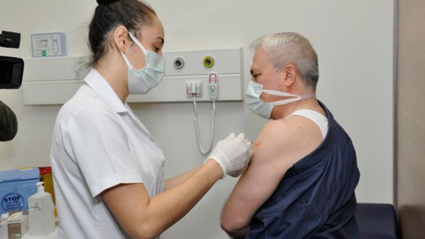 Eskişehir'de görevli sağlık çalışanlarına aşı yapılmaya başlandı