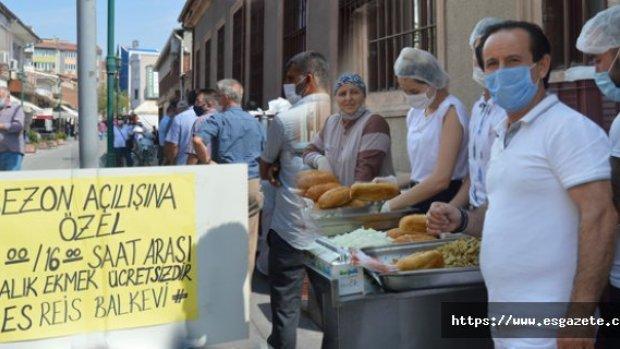 Çarşı ortasında 5 bin kişiye bedava balık ekmek dağıttı