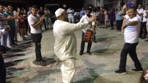 Davetsiz Suriyeli'den düğünde göbek şov