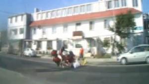 Dikkatsiz kadın ve torununa motosiklet çarptı