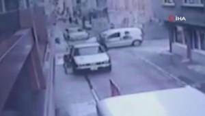 Motosiklet ile otomobilin çarpışma anı kamerada