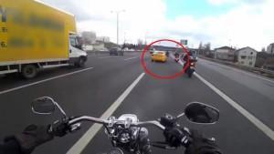 Motosiklet sürücülerinin ölümden döndükleri anlar kamerada
