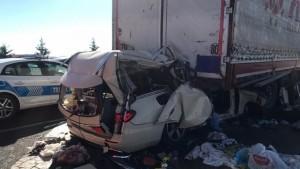 Otomobil güvenlik şeridndeki tıra çarptı: 5 ölü