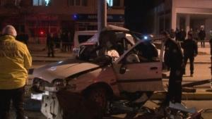 Korkunç kazada otomobil ikiye bölündü