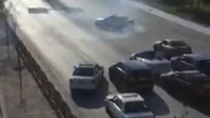 Trafik magandaları yolu kapatıp drift attılar